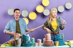 Junge wütende Paare, die Spaß in der Küche mit modernem Innenraum haben Sch?nes Tanzen der jungen Frau der Paare lizenzfreies stockbild