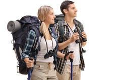 Junge Wanderer, die im Abstand schauen lizenzfreies stockfoto
