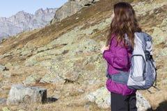 Junge wandernde Frau auf Bergen lizenzfreie stockfotografie