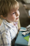 Junge wartet mit Geschenk Stockbilder