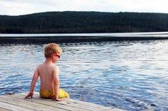 Junge am Wasser Lizenzfreies Stockfoto