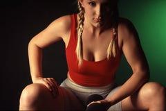 Junge weibliche anhebende Gewichte Stockbilder