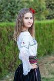Junge weibliche Aufstellung auf traditionellen Serben stockfoto