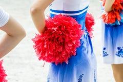 Junge weibliche Cheerleadern, die Pom-poms halten Stockfotografie