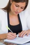 Junge weibliche Geschäftsfrau, die Kenntnisse nimmt stockbild