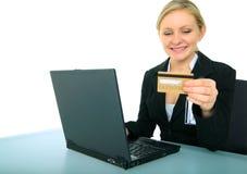 Junge weibliche Geschäftsfrau, die das Onlineeinkaufen tut Stockbilder