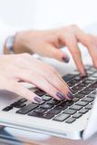 Junge weibliche Hände auf Computertastatur Lizenzfreie Stockbilder