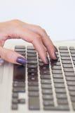 Junge weibliche Hände auf Computertastaturnahaufnahme lizenzfreie stockbilder