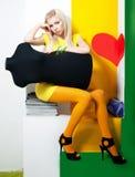 Junge weibliche sitzende Attrappe witn blondes Haar der Schönheit Stockfotos