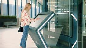 Junge weibliche suchende richtige Richtung auf Navigationsbrett im modernen Mall stock video footage