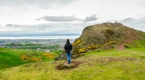 Junge weibliche vorbildliche bewundern Edinburgh-Landschaft von der Spitze lizenzfreies stockfoto