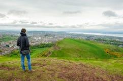 Junge weibliche vorbildliche bewundern Edinburgh-Landschaft von der Spitze stockfotografie