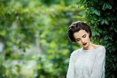 Junge Weinleseartfrau, die in einem Weinberg aufwirft Stockfoto