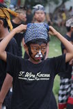 Junge wird und im traditionellen Kostüm bei Bali gemalt Stockfotografie