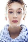 Junge wirkliche blonde Frau im blauen Schalabschluß oben Stockfotos