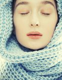 Junge wirkliche blonde Frau im Schal Stockfotografie