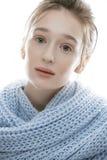 Junge wirkliche blonde Frau im Schal Stockfoto