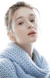 Junge wirkliche blonde Frau im Schal Lizenzfreie Stockbilder