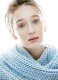 Junge wirkliche blonde Frau im Schal Lizenzfreies Stockfoto