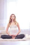 Junge Yoga tuende und meditierende Frau Lizenzfreie Stockfotografie