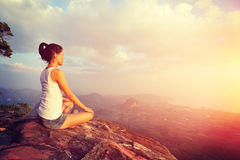 Junge Yogafrau bei Sonnenaufgang Lizenzfreie Stockfotos