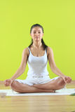 Junge Yogafrau, die yogatic exericise tut Stockbild