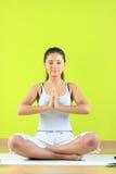 Junge Yogafrau, die yogatic exericise tut Stockfotografie