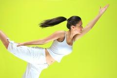 Junge Yogafrau, die yogatic exericise tut Lizenzfreie Stockfotografie