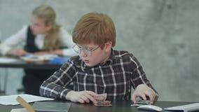 Junge zählt Geld auf dem Tisch im Büro stock video