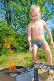 Junge zündet an Stockfotografie
