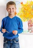Junge zeichnet eine Abbildung Stockbilder