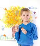 Junge zeichnet eine Abbildung Stockfoto