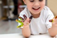 Junge zeichnet Finger und Farben kreative Künste Stockfotografie