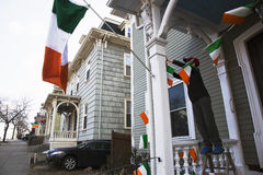 Junge zeigt irische Flagge, St Patrick Tages-Parade, 2014, Süd-Boston, Massachusetts, USA an Lizenzfreies Stockfoto