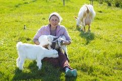 Junge Ziegen und Frau Lizenzfreies Stockbild
