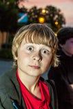 Junge zieht ein Gesicht Stockbilder