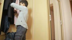 Junge zieht Geld von den Eltern eines Geldbeutels aus Diebstahl, jugendlich stock footage