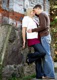 Junge zu küssen Paare ungefähr Lizenzfreies Stockbild