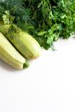 Junge Zucchini mit Petersilie auf einem weißen Hintergrund lizenzfreies stockfoto