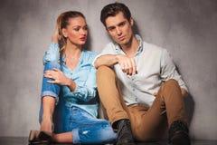 Junge zufällige Frau betrachtet ihren Freund beim zusammen sitzen Lizenzfreies Stockfoto