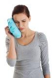 Junge zufällige Frau, die eine Zahnschmerzen hat. lizenzfreie stockfotografie