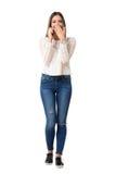 Junge zufällige Frau, die laut auf dem Telefonbedeckungsmund lacht Lizenzfreies Stockbild