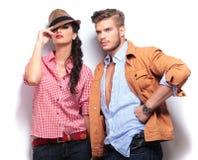 Junge zufällige Mode-Modelle, die im Studio aufwerfen