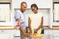 Junge zufällige Paare, die Früchte machen Stockbild