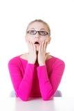 Junge zufällige Studentin drückt Schock, Überraschung aus. Stockfotos