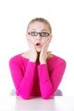 Junge zufällige Studentin drückt Schock, Überraschung aus. Stockfoto