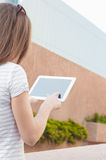 Junge zufällige Geschäftsfrau, die Tablette auf einem Bruch verwendet Stockbilder
