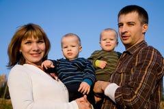 Junge Zwillinge mit Muttergesellschaftn Lizenzfreie Stockbilder