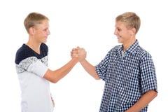 Junge Zwillingsbrüder rütteln Hände Stockbilder
