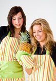 Jungeköche mit Ananas lizenzfreies stockbild